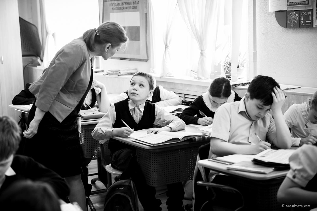 Школьники на уроке в классе.